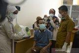 Mahasiswa asal Aceh, Muhammad Sahuddin (kiri) yang berhasil pulang dari China mengikuti pemeriksaan kesehatan di ruangan Karantina Kesehatan Pelabuhan (KKP) saat tiba di Bandara Internasional Sultan Iskandar Muda, Aceh Besar, Aceh, Selasa (28/1/2020). Mahasiswa Aceh, Muhammad Sahuddin yang dinyatakan bebas dari Virus Corona, menyatakan sebanyak 22 mahasiswa asal daerah itu masih terisolasi akibat Virus Corona di beberapa kota di Cihna dan kondisi mereka saat ini memprihatinkan dan membutuhkan bantuan dari pemerintah RI agar dapat dipulangkan ke tanah air. Antara Aceh/Ampelsa.