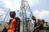 Petugas bersiap menonaktifkan Base Transceiver Station (BTS) ilegal di Kelurahan Semampir, Kota Kediri, Jawa Timur, Selasa (28/1/2020). Satuan Polisi Pamong Praja melakukan penindakan sejumlah tower seluler ilegal karena tidak mengantongi ijin dari instansi terkait dan menyalahi peraturan daerah setempat dalam pembangunannya. Antara Jatim/Prasetia Fauzani/zk
