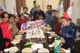Duta kemanusiaan untuk Palestina Melly Goeslaw dapat kejutan dari anak-anak di Jalur Gaza