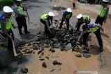 Antisipasi kecelakaan dan kemacetan, Satlantas Polresta Bandar Lampung timbun jalan berlubang
