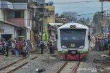 Kereta Api inspeksi melintas saat uji coba jalur perlintasan kereta api Cibatu-Garut di Desa Pakuwon, Kabupaten Garut, Jawa Barat, Jumat (31/1/2020). Pengecekan atau kesiapan reaktivasi jalur perlintasan kereta api  bertujuan untuk memastikan kesiapan seluruh prasarana mulai dari jalur rel, persinyalan, dan stasiun yang ditargetkan beroperasi Februari 2020 mendatang. ANTARA JABAR/Adeng Bustomi/agr