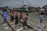 Sejumlah warga menyambut kedatangan Kereta Api inspeksi saat uji coba jalur perlintasan kereta api Cibatu-Garut di Desa Pakuwon, Kabupaten Garut, Jawa Barat, Jumat (31/1/2020). Pengecekan atau kesiapan reaktivasi jalur perlintasan kereta api  bertujuan untuk memastikan kesiapan seluruh prasarana mulai dari jalur rel, persinyalan, dan stasiun yang ditargetkan beroperasi Februari 2020 mendatang. ANTARA JABAR/Adeng Bustomi/agr