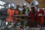 Direktur Utama PT Kereta Api Indonesia Edi Sukmoro (kedua kanan) melihat site plan pembangunan stasiun Garut saat uji coba jalur perlintasan kereta api Cibatu-Garut di Desa Pakuwon, Kabupaten Garut, Jawa Barat, Jumat (31/1/2020). Pengecekan atau kesiapan reaktivasi jalur perlintasan kereta api  bertujuan untuk memastikan kesiapan seluruh prasarana mulai dari jalur rel, persinyalan, dan stasiun yang ditargetkan beroperasi Februari 2020 mendatang. ANTARA JABAR/Adeng Bustomi/agr