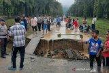 Jembatan Silayu, ambruk diterjang banjir di Padangsidimpuan