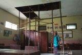 Atap ambrol, murid SD di Kudus tidak bisa tempati kelasnya