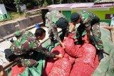 Prajurit TNI Satgas Yonif Raider 641/Bru memeriksa tumpukan karung berisi bawang merah illegal asal Malaysia di Pos Kotis Entikong, Kabupaten Sanggau, Kalimantan Barat, Sabtu (1/2/2020). Satgas Yonif Raider 641/Bru di Pos Segumun menangkap truk nopol KB 8968 DC yang membawa 300 karung berisi bawang merah ilegal seberat 5,4 ton asal Malaysia tanpa dokumen resmi di jalan