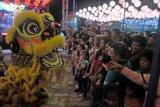 Sejumlah pengunjung memberikan angpao disela pertunjukkan Barongsai pada Sriwijaya Lantern Festival di Halaman Sekolah Maitreiya Palembang, Sumsel, Sabtu (1/2/2020). Ribuan warga Kota Palembang memadati festival yang digelar dalam rangka Tahun Baru Imlek dan Cap Gomeh 2571. ANTARA FOTO/Feny Selly/ama.