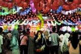 Sejumlah pengunjung berswafoto pada Sriwijaya Lantern Festival di Halaman Sekolah Maitreiya Palembang, Sumsel, Sabtu (1/2/2020). Ribuan warga Kota Palembang memadati festival yang digelar dalam rangka Tahun Baru Imlek dan Cap Gomeh 2571. ANTARA FOTO/Feny Selly/ama.