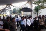 Jokowi melayat ke rumah duka Gus Sholah