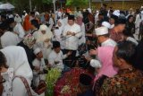 Proses pemakaman almarhum KH Salahuddin Wahid