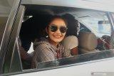 Penyanyi Siti Badriah memasuki mobil usai menjalani pemeriksaan di gedung Ditreskrimsus Polda Jawa Timur, Surabaya, Jawa Timur, Senin (3/2/2020).  Siti Badriah memenuhi panggilan Polda Jawa Timur untuk diperiksa sebagai saksi terkait kasus dugaan investasi ilegal 'MeMiles'. Antara Jatim/Didik/Zk