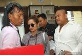 Penyanyi Siti Badriah (kedua kiri) didampingi kuasa hukumnya memasuki gedung Ditreskrimsus Polda Jawa Timur, Surabaya, Jawa Timur, Senin (3/2/2020).  Siti Badriah memenuhi panggilan Polda Jawa Timur untuk diperiksa sebagai saksi terkait kasus dugaan investasi ilegal 'MeMiles'. Antara Jatim/Didik/Zk