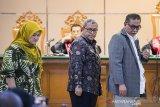 Mantan Gubernur dan Wakil Gubernur Jawa Barat Ahmad Heryawan (tengah), Deddy Mizwar (kanan) dan terpidana kasus dugaan suap perizinan Meikarta Neneng Hasanah Yasin (kiri) menghadiri sidang lanjutan kasus suap Meikarta dengan terdakwa Iwa Karniwa di Pengadilan Tipikor, Bandung, Jawa Barat, Senin (3/2/2020). Dalam sidang tersebut Jaksa KPK akan menggali informasi dari saksi mengenai Badan Koordinasi Penataan Ruang Daerah (BKPRD) terkait perizinan pembangunan Meikarta di Kabupaten Bekasi. ANTARA JABAR/M Agung Rajasa/agr