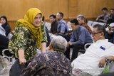 Mantan Gubernur dan Wakil Gubernur Jawa Barat Ahmad Heryawan (tengah), Deddy Mizwar (kanan) berbincang dengan terpidana kasus dugaan suap perizinan Meikarta Neneng Hasanah Yasin (kiri) sebelum sidang lanjutan kasus suap Meikarta dengan terdakwa Iwa Karniwa di Pengadilan Tipikor, Bandung, Jawa Barat, Senin (3/2/2020). Dalam sidang tersebut Jaksa KPK akan menggali informasi dari saksi-saksi mengenai Badan Koordinasi Penataan Ruang Daerah (BKPRD) terkait perizinan pembangunan Meikarta di Kabupaten Bekasi. ANTARA JABAR/M Agung Rajasa/agr
