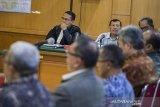 Terdakwa kasus suap perizinan Meikarta Iwa Karniwa (kedua kiri) menjalani sidang lanjutan dengan agenda pemeriksaan saksi di Pengadilan Tipikor, Bandung, Jawa Barat, Senin (3/2/2020). Dalam sidang tersebut Jaksa KPK menghadirkan saksi mantan Gubernur dan Wakil Gubernur Jawa Barat Ahmad Heryawan, Deddy Mizwar serta terpidana kasus suap Meikarta Neneng Nurhasanah Yasin. ANTARA JABAR/M Agung Rajasa/agr