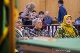 Mantan Gubernur dan Wakil Gubernur Jawa Barat Ahmad Heryawan (tengah), Deddy Mizwar (kiri) dan terpidana kasus dugaan suap perizinan Meikarta Neneng Hasanah Yasin (kanan) menghadiri sidang lanjutan kasus suap Meikarta dengan terdakwa Iwa Karniwa di Pengadilan Tipikor, Bandung, Jawa Barat, Senin (3/2/2020). Dalam sidang tersebut Jaksa KPK akan menggali informasi dari saksi-saksi mengenai Badan Koordinasi Penataan Ruang Daerah (BKPRD) terkait perizinan pembangunan Meikarta di Kabupaten Bekasi. ANTARA FOTO/M Agung RajasaANTARA FOTO/M Agung Rajasa (ANTARA FOTO/M Agung Rajasa)