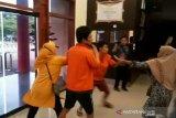 Keluarga sopir taksi online korban begal di Palembang ngamuk dan pukuli tersangka