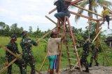 Prajurit TNI bantu masyarakat Distrik Iwaka membangun tempat mengaji