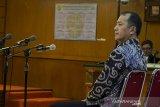 Terdakwa kasus dugaan suap perizinan Proyek Meikarta, Bartholomeus Toto menjalani sidang perdana pembacaan dakwaan di Pengadilan Negeri Tipikor, Bandung, Jawa Barat, Rabu (5/2/2020). Dalam sidang tersebut Mantan Presiden Direktur PT. Lippo Cikarang didakawa berperan dalam merestui pemberian uang Rp. 10,5 miliar kepada Neneng Hasanah Yasin untuk izin pembangunan Proyek Meikarta. ANTARA JABAR/Novrian Arbi/agr