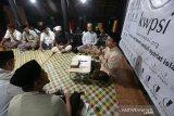 Ketua DPRK Banda Aceh Farid Nyak Umar (kanan) mengisi pengajian Kaukus Wartawan Peduli Syariat Islam (KWPSI) di Banda Aceh, Aceh, Selasa (4/2/2020). Antara Aceh/Irwansyah Putra.