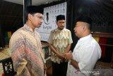 Ketua Kaukus Wartawan Peduli Syariat Islam (KWPSI) Azhari (kanan) berbincang dengan Ketua DPRK Banda Aceh Farid Nyak Umar (kiri) dan Ustad Wirzaini Usman (tengah) seusai menggelar pengajuan di Banda Aceh, Aceh, Selasa (4/2/2020). Antara Aceh/Irwansyah Putra.