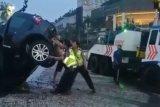 Sebuah mobil Land Rover masuk kolam bundaran Hotel Indonesia