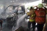 Minibus terbakar, empat armada pemadam kebakaran dikerahkan
