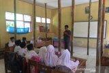 Miris, siswa SDN di Tasikmalaya ini belajar di ruang kelas nyaris roboh hanya ditopang batang bambu