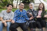 Gubernur Jawa Barat Ridwan Kamil (kedua kiri) bersama Istri Atalia Praratya (kedua kanan) foto bersama dengan pemeran film Milea Suara dari Dilan Vanesha Prescilla (kanan) dan Iqbaal Ramadhan (kiri) di rumah dinas Gubernur Jabar, Gedung Pakuan, Bandung, Jawa Barat, Jumat (7/2/2020). Kedatangan para pemain film Milea: Suara dari Dilan tersebut dalam rangka parade Milea yang merupakan film terakhir dari trilogi film Dilan yang diangkat dari novel karya Pidi Baiq. ANTARA JABAR/M Agung Rajasa/agr