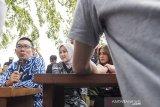 Gubernur Jawa Barat Ridwan Kamil (kiri) bersama Istri Atalia Praratya (tengah) bersama dengan pemeran film Milea Suara dari Dilan Vanesha Prescilla (kanan) berbincang dengan para pemain dan kru fil Milea Suara dari Dilan di rumah dinas Gubernur Jabar, Gedung Pakuan, Bandung, Jawa Barat, Jumat (7/2/2020). Kedatangan para pemain film Milea: Suara dari Dilan tersebut dalam rangka parade Milea yang merupakan film terakhir dari trilogi film Dilan yang diangkat dari novel karya Pidi Baiq. ANTARA JABAR/M Agung Rajasa/agr