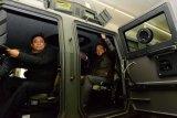 Wamenhan jajal kendaraan tempur Practica disela kunjungan ke Ukraina
