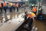 Brimob bersihkan lumpur pasca banjir di Bangli Bali