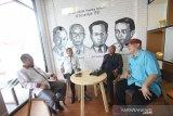 Direktur Utama Perum LKBN ANTARA Meidyatama Suryodiningrat (dua kiri) didampingi Direktur Pemberitaan Perum LKBN ANTARA Akhmad Munir (dua kanan) berbincang bersama Kepala Perum LKBN ANTARA Biro Kalsel Nurul Aulia Badar (kanan) dan Kepala Perum LKBN ANTARA Biro Kalteng Rachmat Hidayat (kiri) di kantor Perum LKBN ANTARA Biro Kalsel, Banjarmasin, Kalimantan Selatan, Sabtu (8/2/2020). Foto Antaranews Kalsel/Bayu Pratama S.