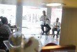 Direktur Utama Perum LKBN ANTARA Meidyatama Suryodiningrat berbincang santai dengan kepala biro dan staf redaksi biro Kalsel dan Kalteng di kantor Perum LKBN ANTARA Biro Kalsel, Banjarmasin, Kalimantan Selatan, Sabtu (8/2/2020). Foto Antaranews Kalsel/Bayu Pratama S.