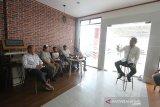 Direktur Utama Perum LKBN ANTARA Meidyatama Suryodiningrat berbincang santai dengan staf redaksi biro Kalsel dan Kalteng di  kantor Perum LKBN ANTARA Biro Kalsel, Banjarmasin, Kalimantan Selatan, Sabtu (8/2/2020). Foto Antaranews Kalsel/Bayu Pratama S.