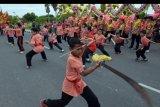Warga keturunan Tionghoa menampilkan atraksi wushu dalam kirab perayaan Cap Go Meh 2571 di Denpasar, Bali, Sabtu (8/2/2020). Kegiatan hari terakhir dari masa perayaan Tahun Baru Imlek tersebut untuk memohon kesejukan dan keselamatan dengan menampilkan atraksi naga, barongsai, wushu, kung fu dan tai chi. ANTARA FOTO/Nyoman Hendra Wibowo/nym