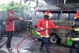 Empat  mobil di sebuah bengkel di Padang, hangus terbakar