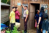 Rumah penerima bantuan sosial ditempeli stiker keluarga miskin