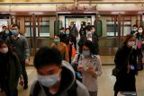Masker bekas menumpuk di pantai kota Hong Kong