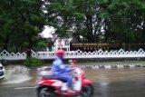 Hujan picu genangan air di jalan poros Makassar