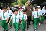 Ganjar ajak puluhan pelajar SD asal Cibubur keliling Kantor Gubernur