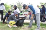 Nunik bersama ratusan siswa bersihkan Taman Gajah