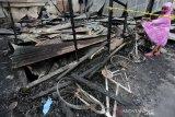 Anak-anak melihat sepeda dan sepeda motor orang tuanya yang hangus akibat kebakaran di Desa Keuramat, Banda Aceh, Aceh, Senin (10/2/2020). Antara Aceh/Irwansyah Putra