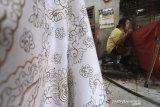 Perajin menyelesaikan pesanan batik di kelurahan paoman, Indramayu, Jawa Barat, Rabu (12/2/2020). Para pengusaha batik mengaku kesulitan melakukan regenerasi pembatik karena minimnya minat para pemuda menekuni batik sehingga usaha terancam gulung tikar. ANTARA JABAR/Dedhez Anggara/agr