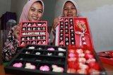 Perajin menunjukkan cokelat bertema hari Kasih Sayang atau Valentine saat produksi cokelat di industri rumahan kawasan Balongbendo, Sidoarjo, Jawa Timur, Rabu (12/2/2020).  Jelang hari Valentine pada 14 Februari mendatang, permintaan cokelat bertema hari kasih sayang itu mengalami peningkatan hingga 50 persen dengan kisaran harga Rp 2000 hingga Rp 250.000 tergantung motif dan ukuran cokelat. Antara Jatim/Umarul Faruq/zk