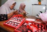 Perajin menyelesaikan pembuatan cokelat bertema hari Kasih Sayang atau Valentine di industri rumahan kawasan Balongbendo, Sidoarjo, Jawa Timur, Rabu (12/2/2020).  Jelang hari Valentine pada 14 Februari mendatang, permintaan cokelat bertema hari kasih sayang itu mengalami peningkatan hingga 50 persen dengan kisaran harga Rp 2000 hingga Rp 250.000 tergantung motif dan ukuran cokelat. Antara Jatim/Umarul Faruq/zk