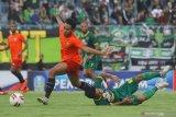 Pesepak bola Persebaya M Hambali Tholib (kanan) terjatuh  saat mencoba melewati hadangan pesepak bola Bhayangkara FC Nurhidayat Haji Haris (kiri) pada pertandingan penyisihan grup A Piala Gubernur Jawa Timur di Stadion Gelora Bangkalan (SGB), Bangkalan, Jawa Timur, Rabu (12/2/2020). Persebaya kalah lawan Bhayangkara FC dengan skor akhir 0-1. Antara Jatim/Moch Asim/zk.