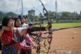 Sejumlah atlet panahan Jawa Barat menjalani sesi latihan di Arcamanik Sport Center, Bandung, Jawa Barat, Rabu (12/2/2020). Persatuan Panahan Indonesia (Perpani) Jawa Barat menyiapkan 16 atlet yang terdiri dari tujuh atlet putri dan sembilan atlet putra untuk bertanding di ajang PON XX di Papua pada Oktober mendatang. ANTARA JABAR/Raisan Al Farisi/agr