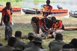 Personel Brimob Polda Jatim mengikjuti latihan peningkatan kemampuan Search And Rescue (SAR) dalam rangka Kontijensi Aman Nusa II Menghadapi Bencana di Wilayah Polda Jatim 2020 di Waduk Widas, Kabupaten Madiun, Jawa Timur, Kamis (13/2/2020). Latihan yang diikuti 250 personel Brimob tersebut dimaksudkan untuk meningkatkan kemampuan SAR guna kesiapsiagaan menghadapi kemungkinan terjadi bencana. Antara Jatim/Siswowidodo/zk
