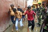 Petugas mengawal Tahanan Rutan Kabanjahe